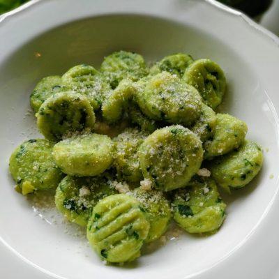 Bärlauch Gnocchi mit Parmesan in Knoblauchbutter geschwenkt