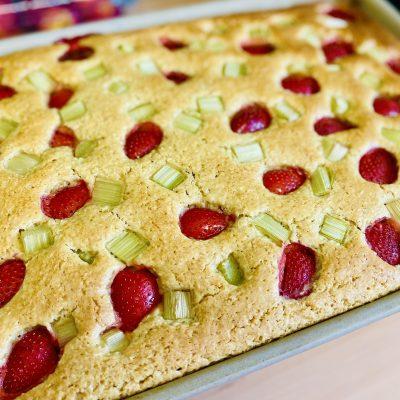 Erdbeer-Rhabarber-Kuchen mit Kokos